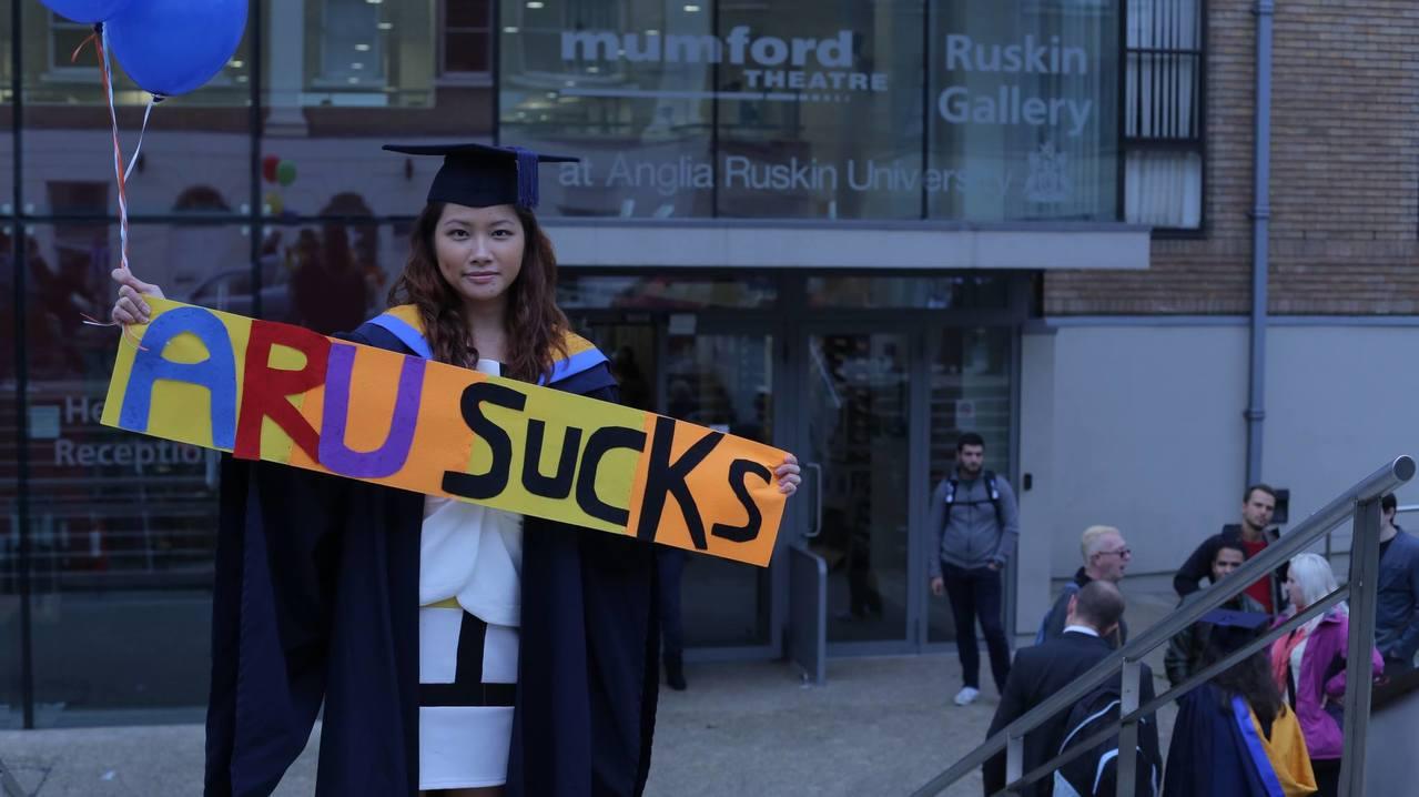 Pok Wong認為英國大學廣告不實,該校文憑是「無用的學位」,因而怒告。圖擷自...
