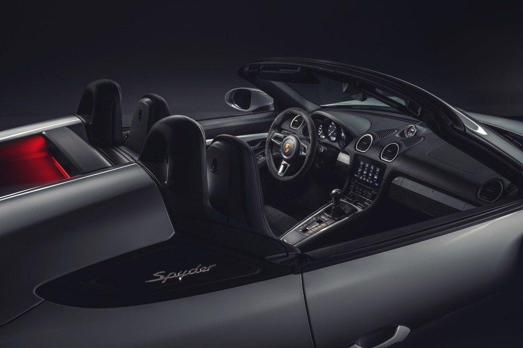 全新 718 Spyder,配備能輕鬆應對高速的輕量化敞篷車頂。 Porsche...