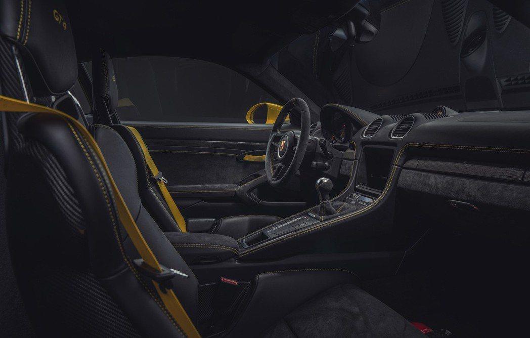 GT4 另可選配 Clubsport 套件,內含鋼製後防滾架、手持滅火器與駕駛座...