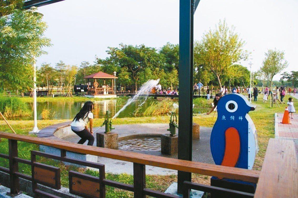 彰化溪湖糖廠戶外活動區設有手壓古式抽水幫浦,夏天常成為小孩打水仗的遊樂場。