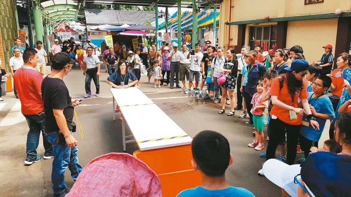 台中月眉糖廠暑假期間推出清涼消暑的「推啤酒杯」趣味遊戲。