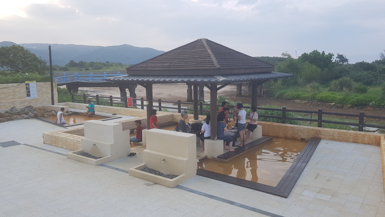 新整修的磺港溫泉泡腳池。