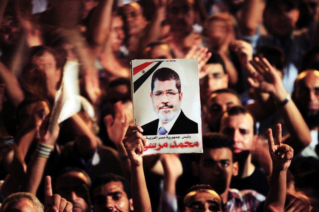 穆爾西生前曾是「阿拉伯之春」的代表人物,當2011年埃及前強人總統穆巴拉克(Ho...