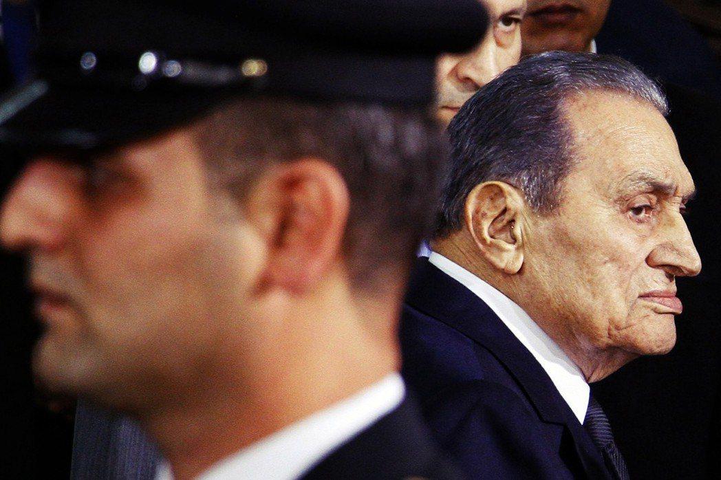 2018年出庭的埃及前總統穆巴拉克,儘管在穆爾西任內被捕清算;但在2013年政變...