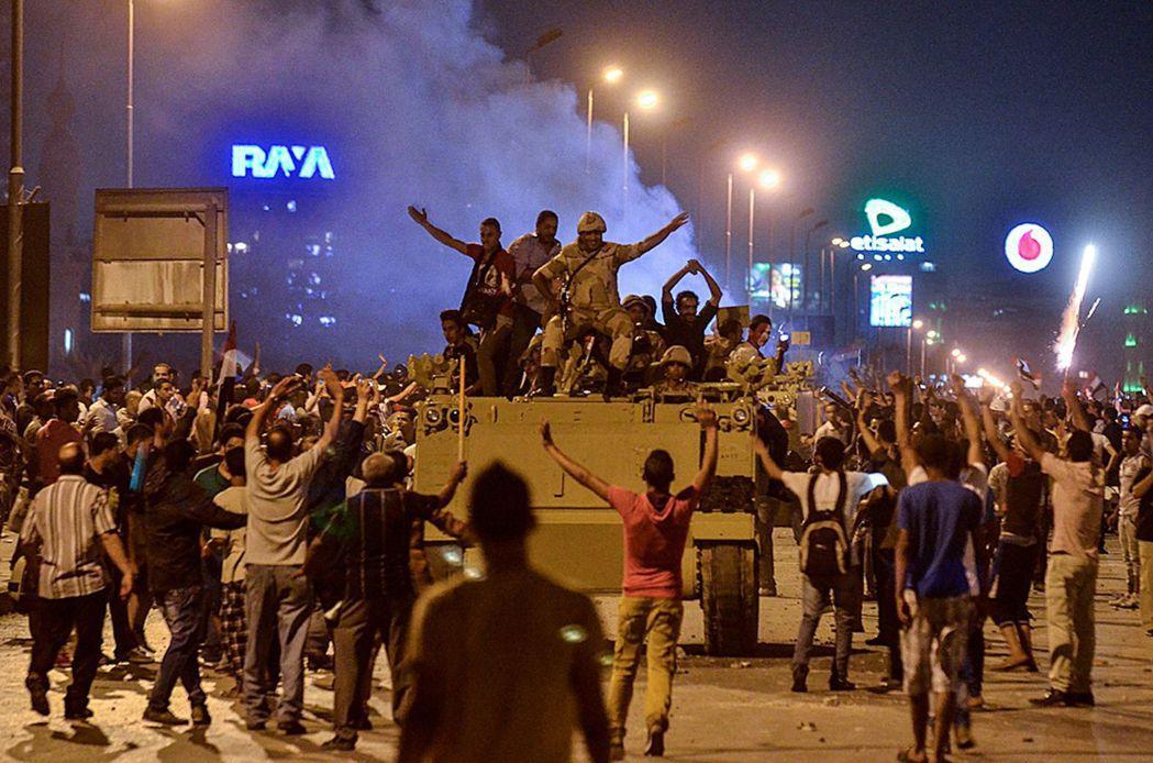 對政變歡欣鼓舞的反穆爾西民眾。 圖/美聯社