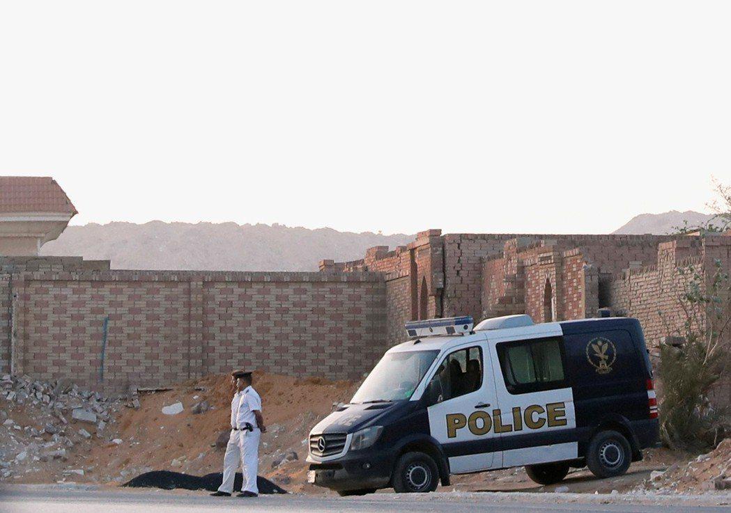 6月18日清晨,在大批警力封鎖下,穆爾西在開羅下葬。 圖/路透社