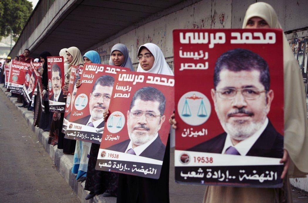 在當時的革命氣氛下,為了避免「政治伊斯蘭」的組織色彩,引發埃及世俗派與國際社會的...