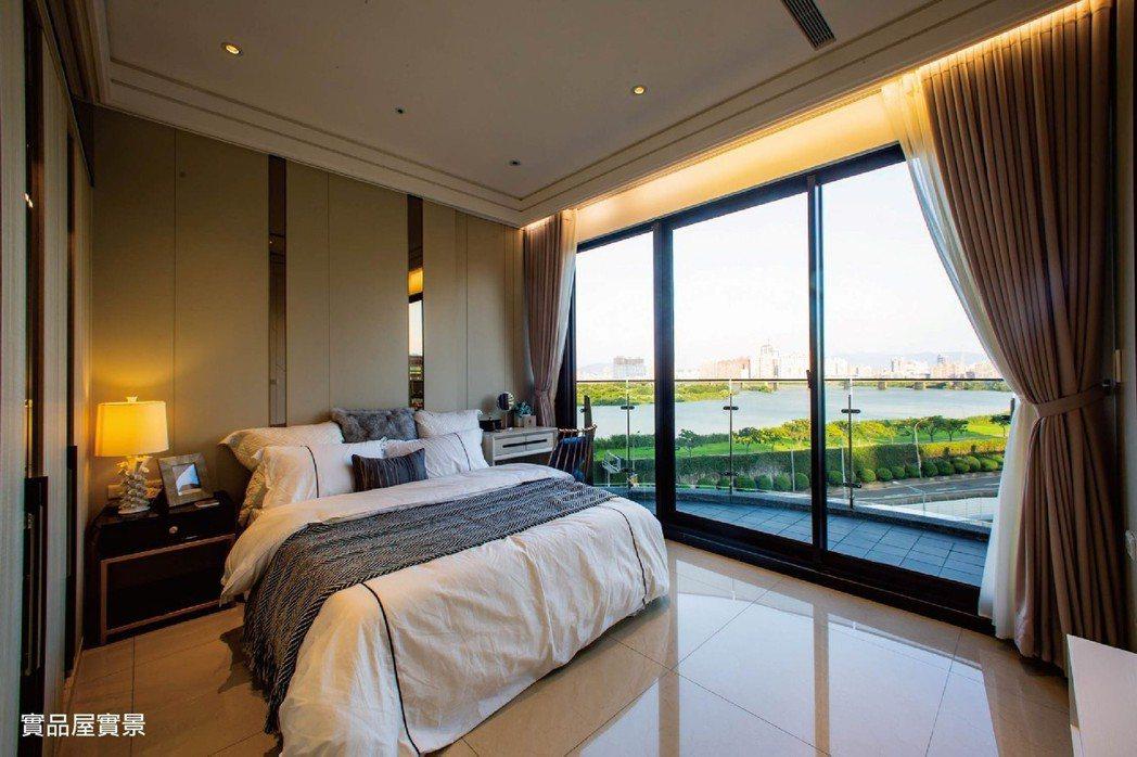 房間擁有全景落地窗及7.2米錯層陽台。圖/冠德建設
