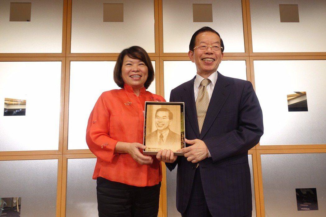 嘉義市長黃敏惠(左)致贈肖像檜木雕給謝長廷大使。 嘉義市政府/提供