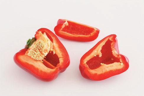 料理甜椒時,需先切除內部的筋膜及籽囊。 圖片來源/台灣好食材(攝影/王正毅)