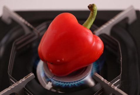 將甜椒放在瓦斯爐上烤焦後泡入冰水中,可快速剝除果皮。 圖片來源/台灣好食材(...