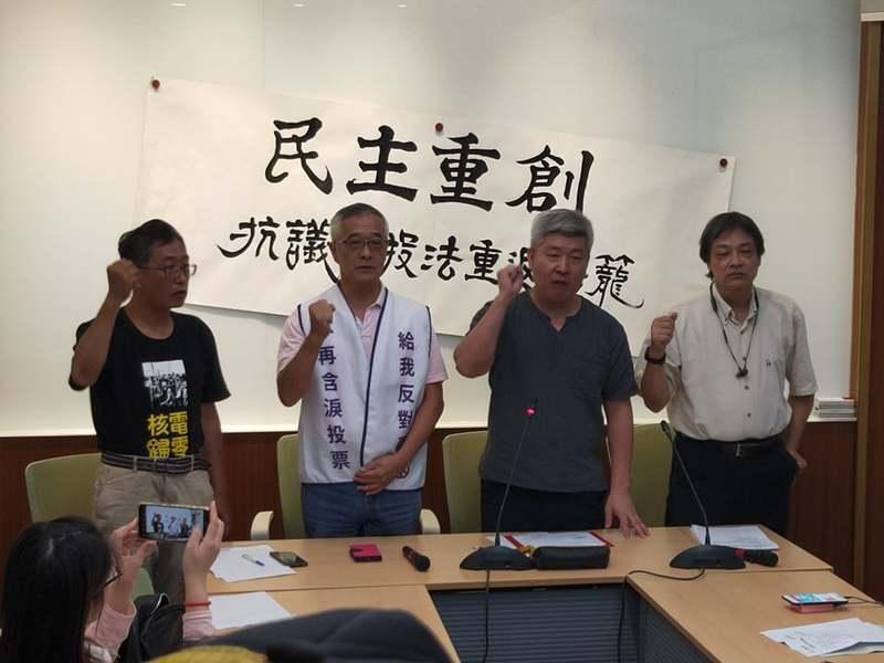 多個公民團體18日抗議民進黨三讀通過《公投法》,無法讓公投發揮作用。(Photo...