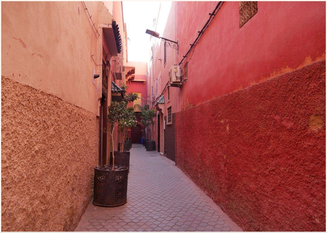 陽光下的紅土牆,色彩非常的迷人。