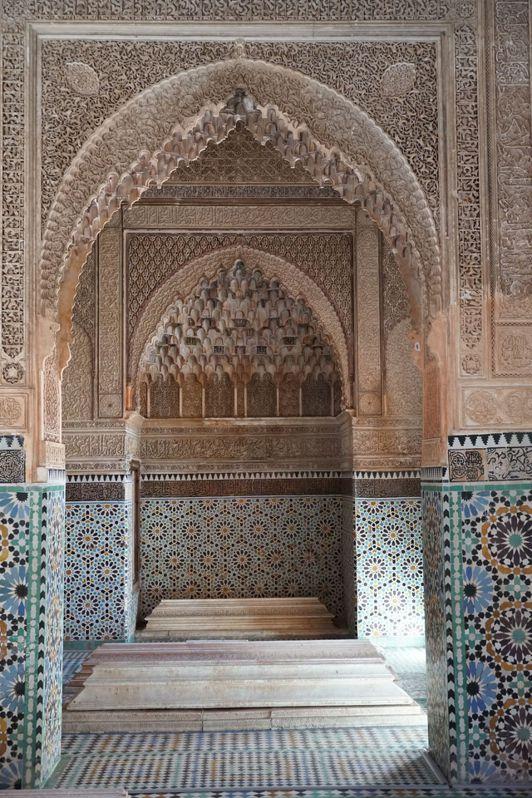 牆上雕刻著華麗細緻的可蘭經文