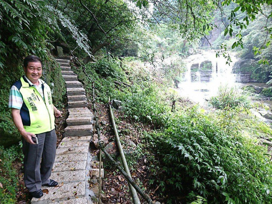 汐止區姜子寮絕壁,風景很美,地方人募款出錢出力,買花崗石等材料,自己動手做步道。 圖/觀天下有線電視提供