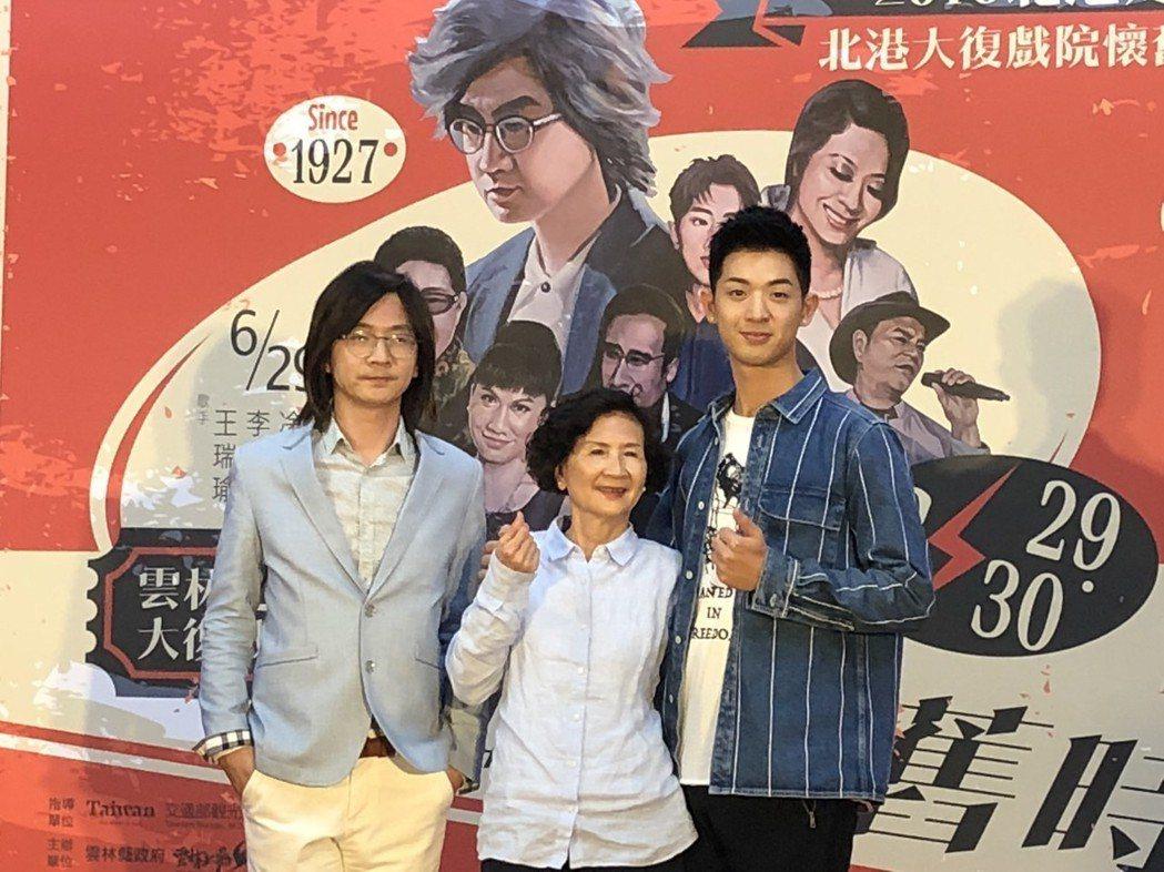 林隆璇(左)率兒子林亭翰(右)出席記者會,媽媽也到場助陣。記者林士傑/攝影