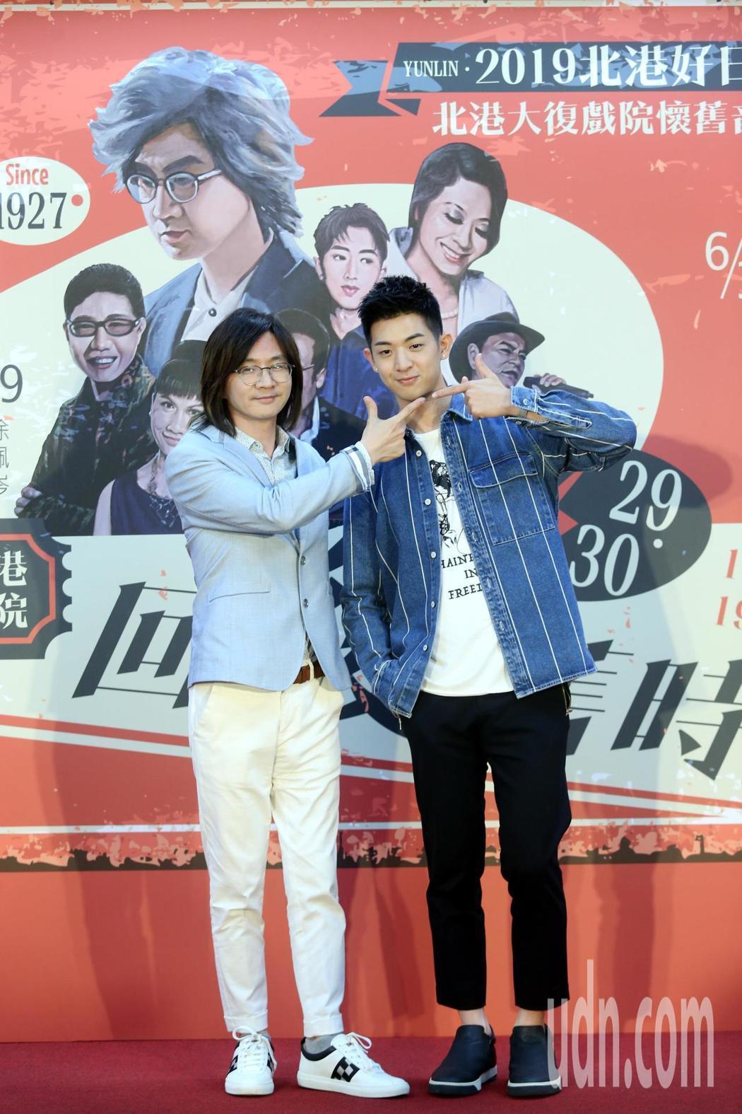 林隆璇(左)、林亭翰合唱創作歌曲「北港小鎮」。記者邱德祥/攝影