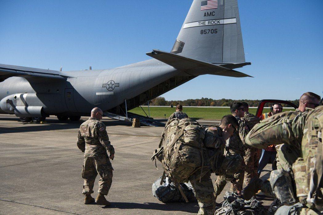 美國17日宣布,將加派1000名美軍和更多軍事資源到中東地區。圖為支援美墨邊界部...