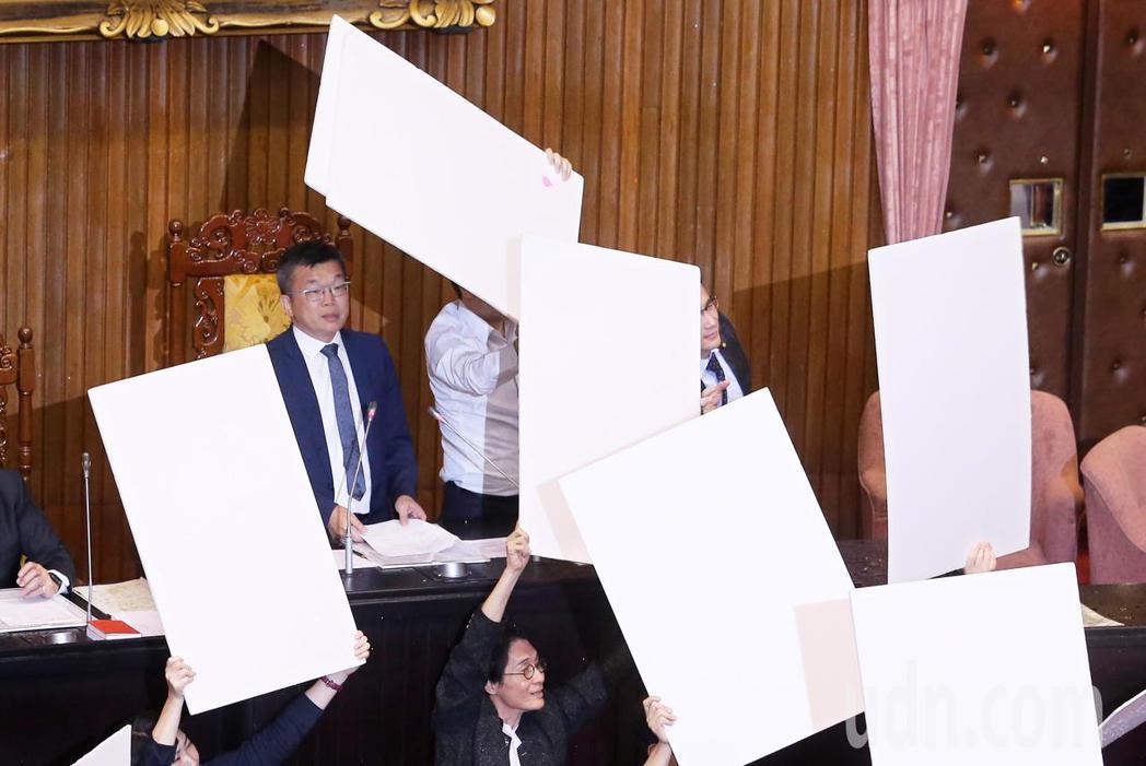 公投法修法昨天三讀通過,國民黨團立院黨團抗議這是「鐵籠公投」修法,朝主席台丟水球...