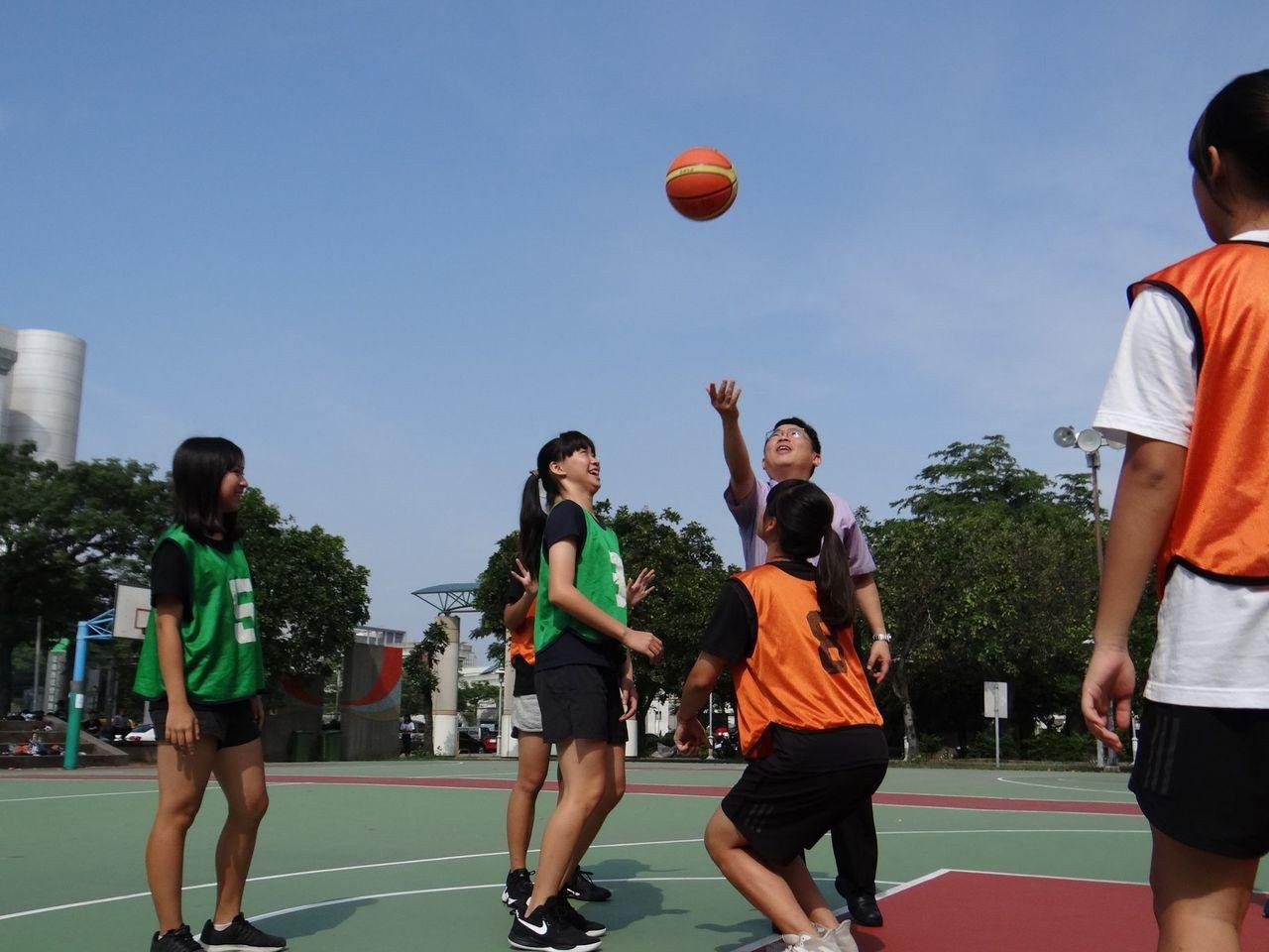 青少年暑期參加3對3籃球賽,展現青春活力。記者黃宣翰/翻攝