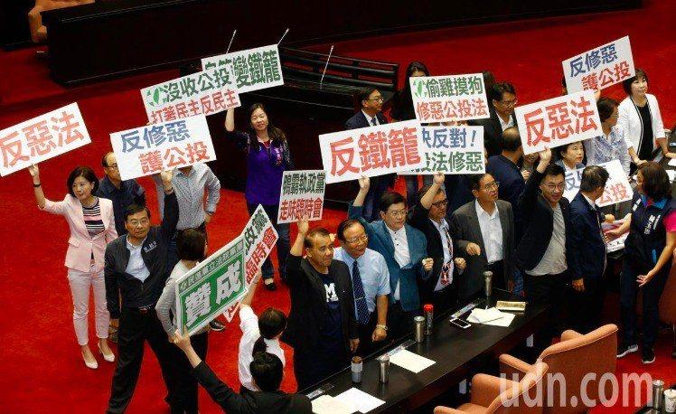 立法院臨時會昨天通過修改公投法,確定未來公投與大選脫鉤。記者鄭超文/攝影
