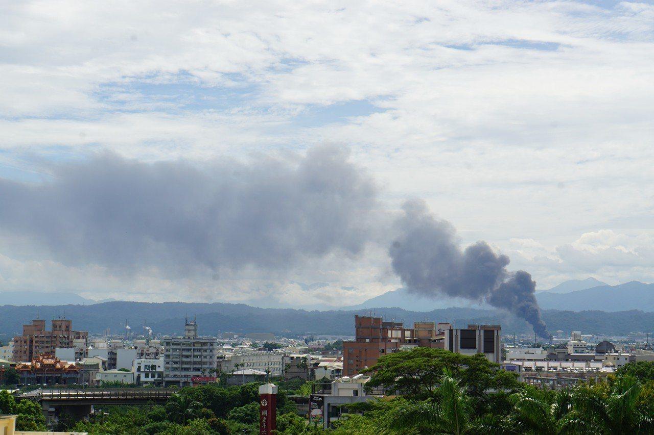 雲林縣斗六市有工廠火警,現場濃煙竄天。記者陳雅玲/攝影