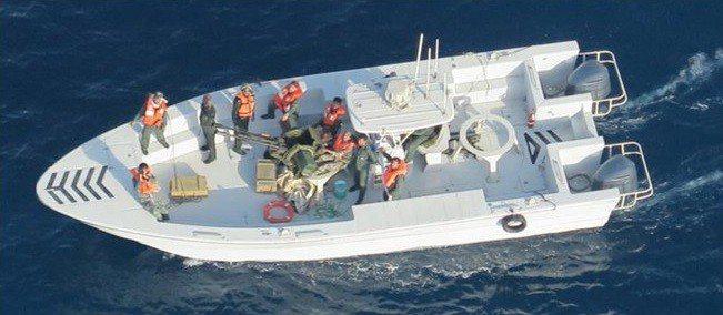 美國國防部17日公布新照片,顯示伊朗部隊從阿曼灣的日本油輪一側移除一枚未爆水雷,...
