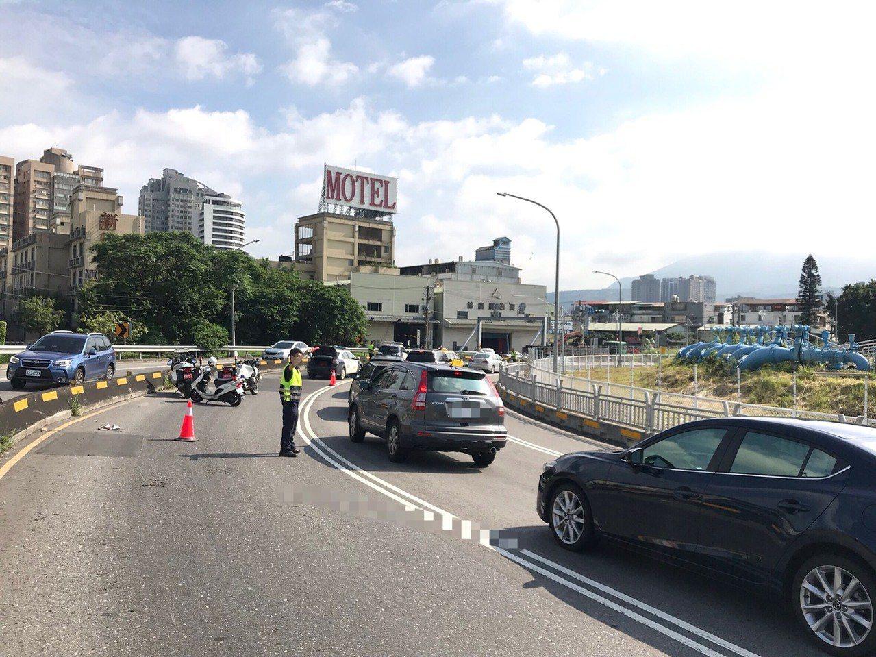 關渡橋往五股方向下橋引道發生死亡車禍。記者林昭彰/翻攝