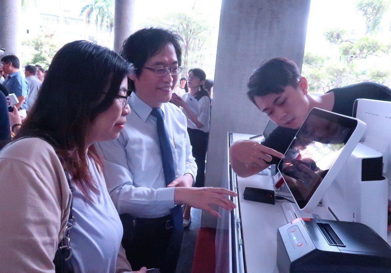 高科大校園行政規費也領先導入多元支付。記者徐如宜/攝影