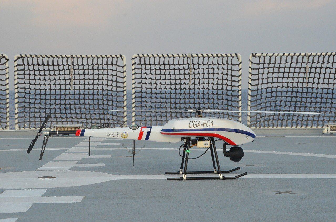 海巡署的UAV旋翼型無人飛行載具,昨天輔助高雄艦在澎湖海域驅離大陸抽砂船。圖/海...