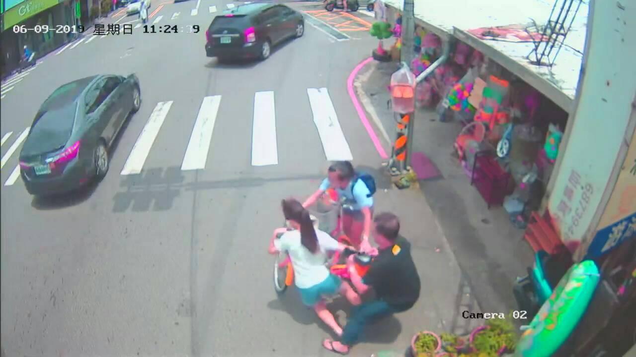 台中一名女學生將暈倒前,大甲警分局司機陳銘輝及時救援。記者游振昇/翻攝