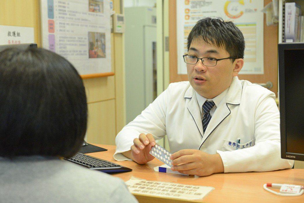 台北慈濟醫院藥師王平宇說,不當使用、濫用助眠藥物,可能會出現耐藥性、記憶力減退、...