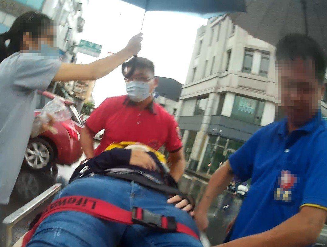 嘉義市上海路與貴州街交叉路口昨天下午4點39分發生汽車和機車擦撞,鄭姓救護員(右...