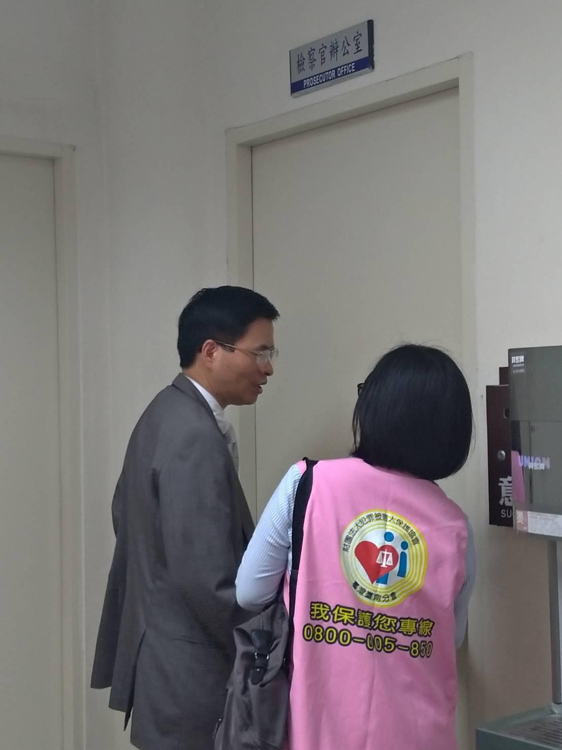 台南地檢署檢察長林錦村前往殯儀館,慰問家屬。記者陳俞安/拍攝