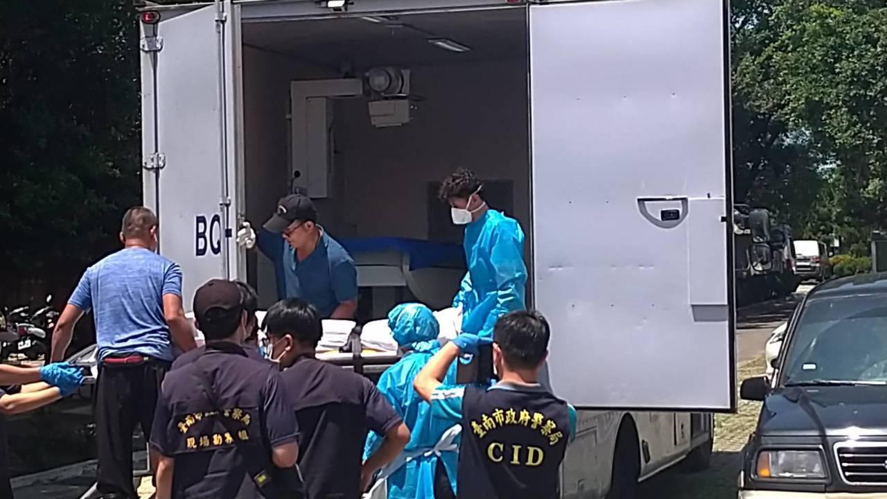 檢方派出法醫研究所X光偵防車,以利查明死因。記者陳俞安/拍攝