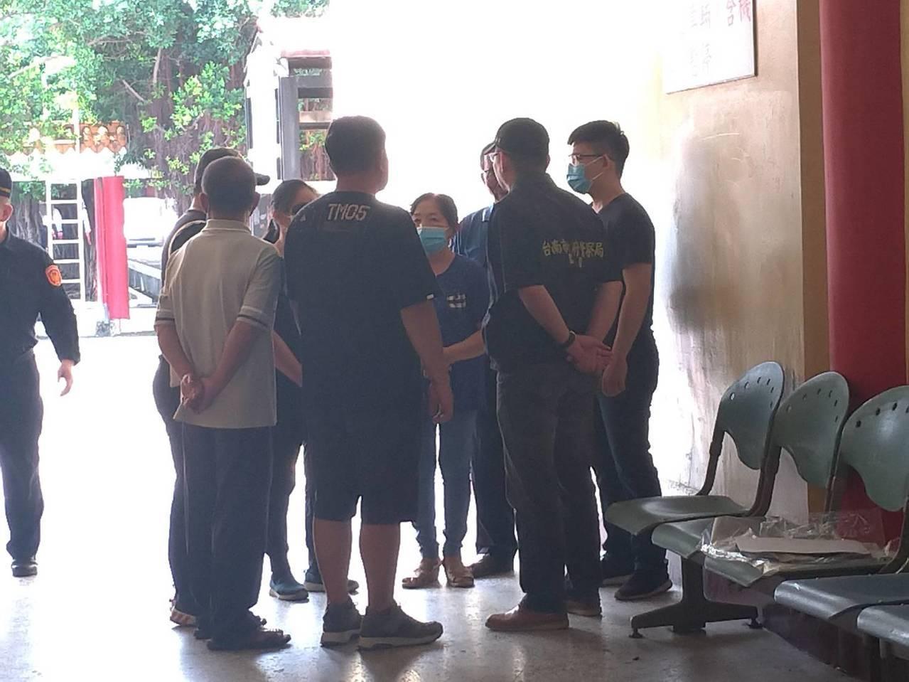 家屬傷心前往殯儀館相驗。記者陳俞安/拍攝