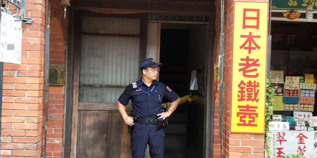 資深歌手江明學今傳出在租屋處上吊身亡的消息,警方於現場拉起封鎖線,報請檢察官相驗...