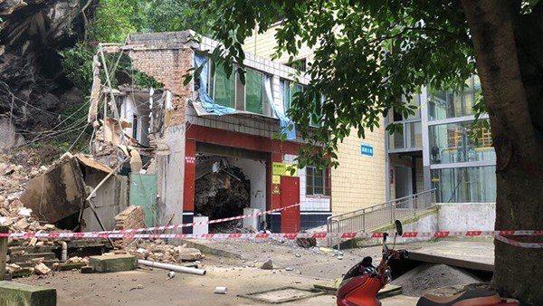 地震中半倒的宜賓市礦山急救醫院,今日淩晨接生了震後第一個新生兒。取自澎湃新聞