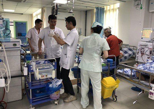地震中接生的醫師在震災中骶尾骨骨折,仍堅守崗位。取自澎湃新聞
