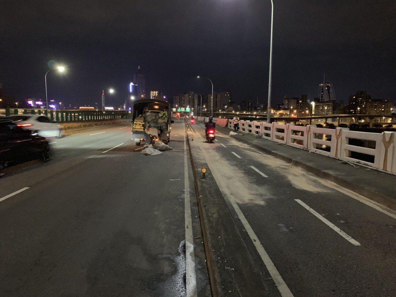 忠孝橋昨晚掉落滿地奇異果,警方和清潔隊協助清除完畢。記者林昭彰/翻攝