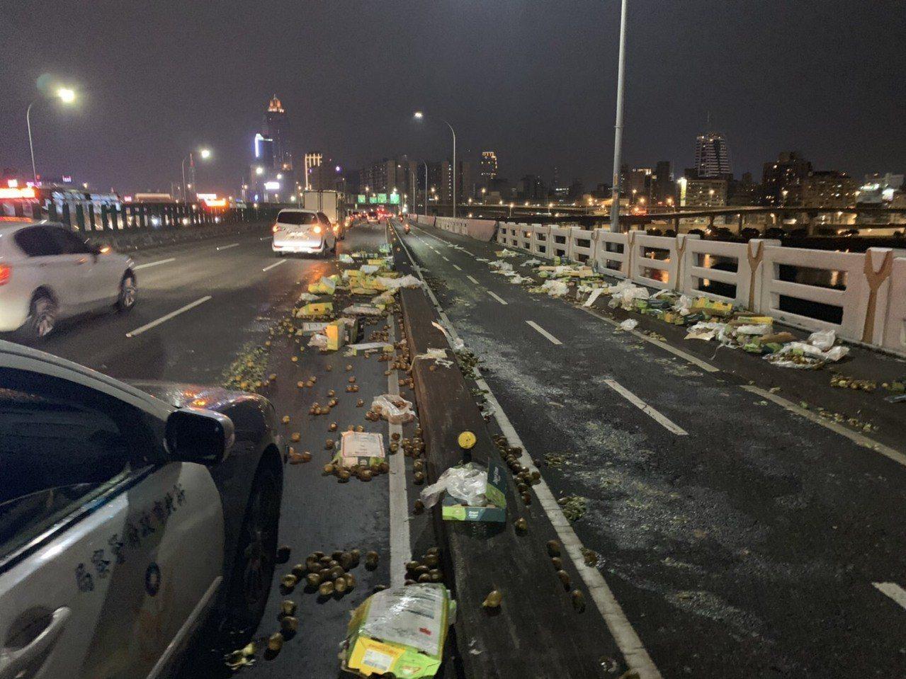 忠孝橋昨晚掉落滿地奇異果,估計至少上千顆,有些都已經被車輾成果醬。記者林昭彰/翻...
