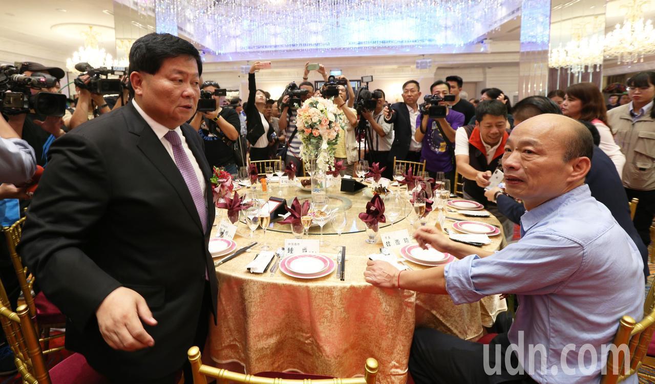 高雄市長韓國瑜參加頂鮮餐廳開幕,巧遇顏清標。記者劉學聖/攝影