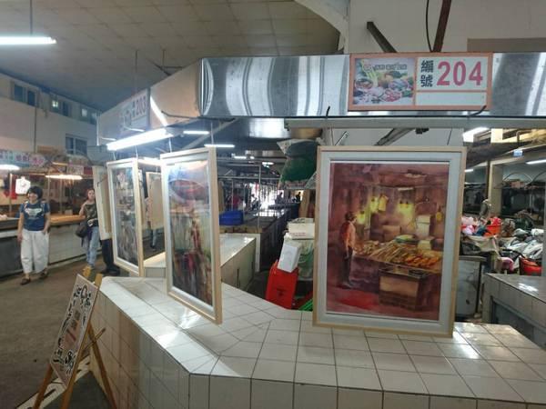 有80年歷史的宜蘭市北館市場今天首開美展了,豬肉攤與菜攤變成畫廊,菜架上展出裝置...
