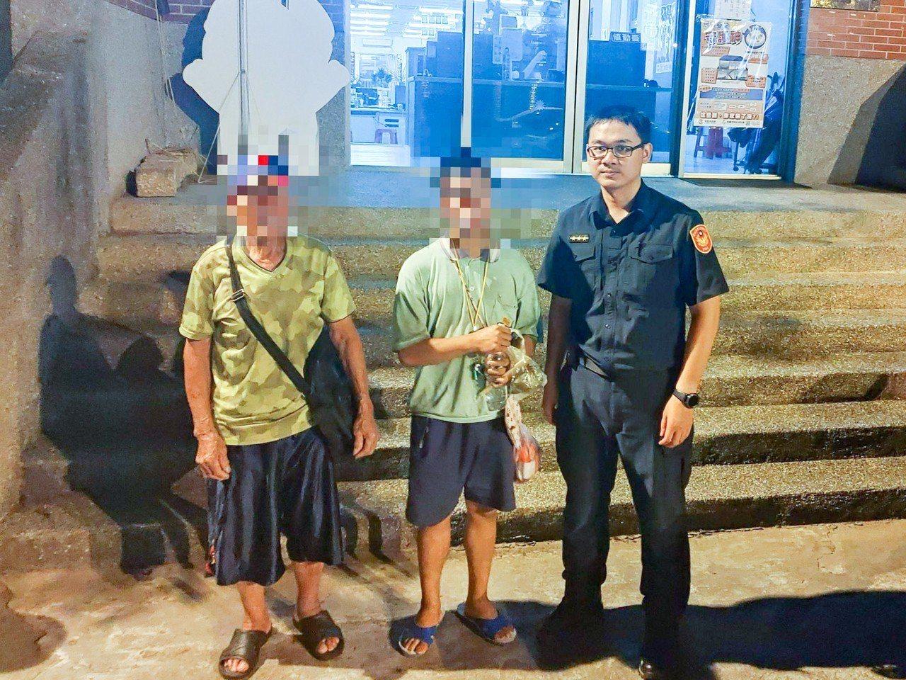 家住桃園的蔡姓男子(中)今年端午節在台北市迷路,被警方溫馨送回50公里遠家中。記...