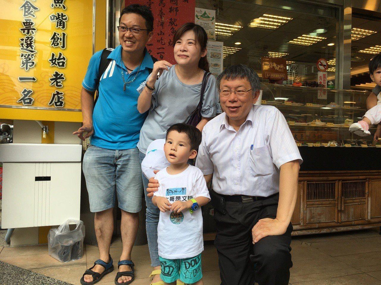 台北市長柯文哲今天南下雲林拜訪凱校同學、參訪企業,第一站就先到斗六品嘗知名小吃阿...