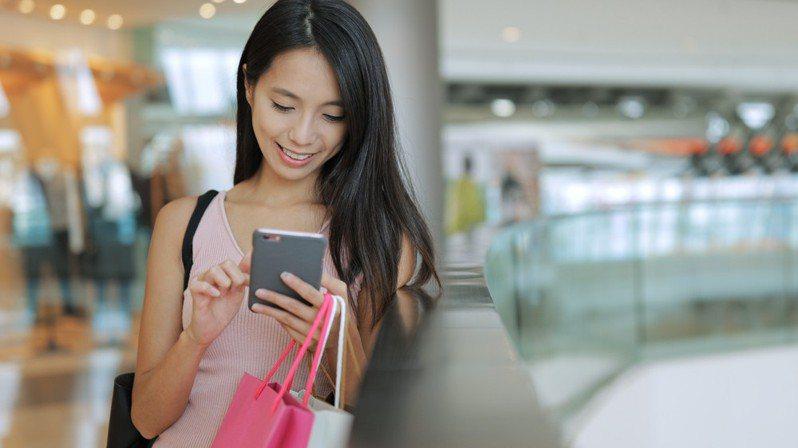 台灣之星推出規格直逼雙11購物節的「今夏最狂樂透」,月租188元資費強勢回歸,還有終身99元輕速上網吃到飽全新出擊。圖/台灣之星提供