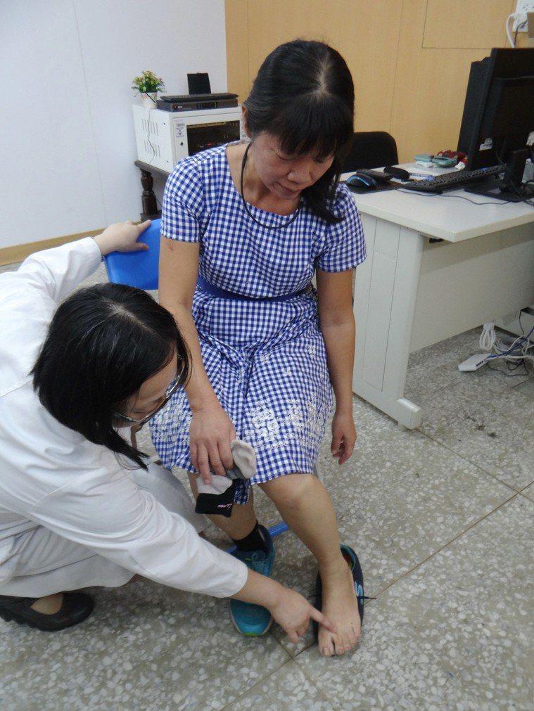 醫師說明疲勞性骨折發生的情況。記者蔡維斌/攝影