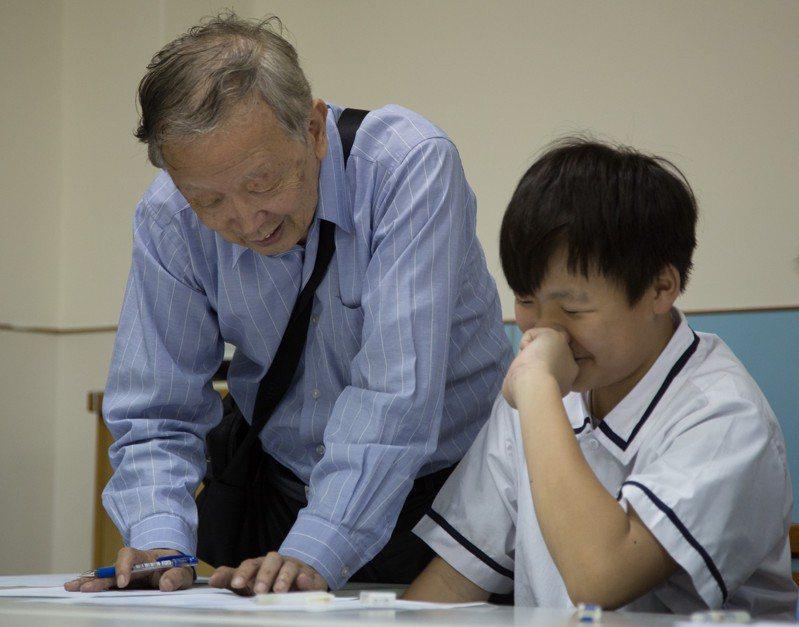 博幼基金會創辦人李家同至今仍會輔導偏鄉學生加情英語、數學。圖/博幼基金會提供