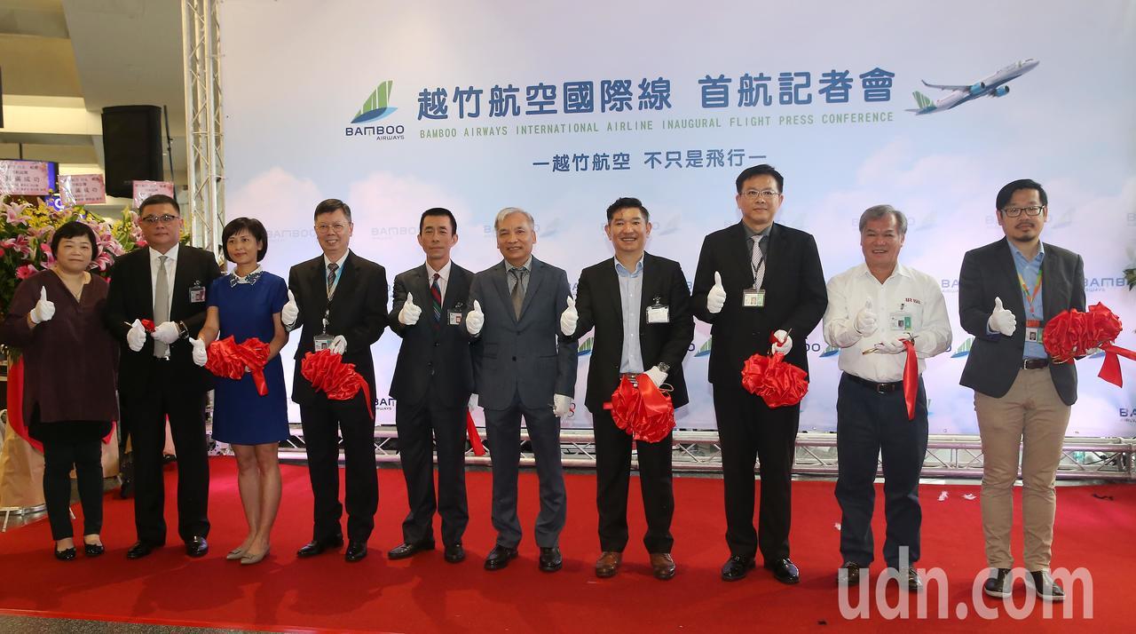 越南最新成立的越竹航空公司,跨出越南第1條國際航線,18日中午首航飛抵桃園機場,...