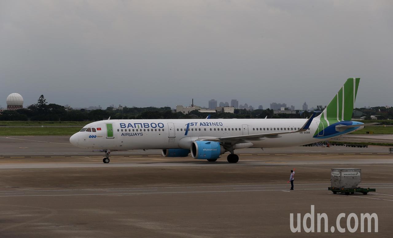越南最新成立的越竹航空公司,跨出越南第1條國際航線,18日中午首航飛抵桃園機場。...